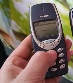 VIDEO: Nokia 3310 usporedni test 2000 vs 2017